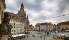 """DRESDEN, DUITSLAND € """"13 AUGUSTUS, 2016: De mensen lopen op Sq Neumarkt Stock Afbeelding"""