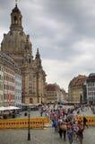 """DRESDEN, DUITSLAND € """"13 AUGUSTUS, 2016: De mensen lopen op Sq Neumarkt Royalty-vrije Stock Foto's"""