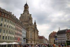 """DRESDEN, DUITSLAND € """"13 AUGUSTUS, 2016: De mensen lopen op Sq Neumarkt Royalty-vrije Stock Afbeelding"""