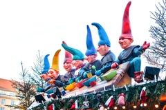 Dresden, Duitsland, 19 December, 2016: Het vieren Kerstmis in Europa Traditionele decoratie van daken van winkels op Stock Fotografie