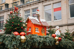 Dresden, Duitsland, 19 December, 2016: Het vieren Kerstmis in Europa Traditionele decoratie van daken van winkels op Stock Foto