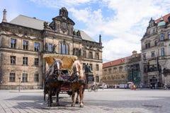 DRESDEN, DUITSLAND - MEI 2017: een paard en een vervoer vervoeren toeristen in Dresden, Duitsland Royalty-vrije Stock Afbeeldingen