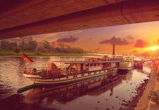 Dresden Elbe River e barcos em Saxony Alemanha Foto de Stock