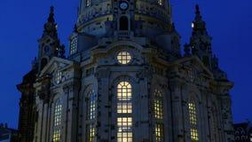 Dresden Frauenkirche una iglesia luterana en la noche almacen de metraje de vídeo