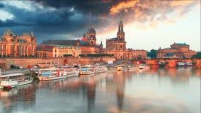 Dresden gammal stadhorisont för Tyskland på Elbet River arkivfilmer
