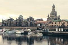 Dresden panorama med den så kallad balkongen för Bruhl terrass av Europa, kyrkan av vår dam och Elben, Dresden, Tyskland Royaltyfria Foton
