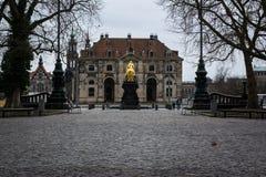Dresden Rider Outdoors Monument de oro en el revestimiento Weathe del invierno fotos de archivo libres de regalías
