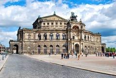 Dresden-Staatsoper, Semper-Opernhaus an einem sonnigen Tag mit Wolken im Himmel, Deutschland stockfotografie