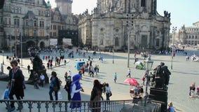 Dresden-Stadtplatztouristenattraktionsplatz, multi ethnische Ausflüge stock video