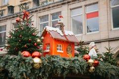 Dresden Tyskland, December 19, 2016: Fira jul i Europa Traditionella garneringar av tak av shoppar på Arkivfoto