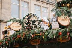 Dresden Tyskland, December 19, 2016: Fira jul i Europa Traditionella garneringar av tak av shoppar på Arkivbild