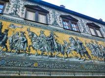 Dresden Tyskland - December 31, 2017: Dresden Tyskland Georgentor och processionen av prinsar första av stads`en s Royaltyfri Fotografi