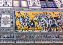 Dresden Tyskland - December 31, 2017: Dresden Tyskland Georgentor och processionen av prinsar första av stads`en s Royaltyfri Bild