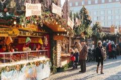 Dresden Tyskland, December 19, 2016: Turister och lokaler på den traditionella Dresden julen marknadsför klockagåvor för Arkivfoto
