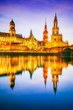 Dresden Tyskland - Hofkirche solnedgång på Elbe arkivbild