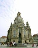 DRESDEN TYSKLAND - JULI 19, 2016: Frauenkirche en Lutherankyrka och Martin Luther Statue i Dresden, huvudstaden av tysken S arkivbild