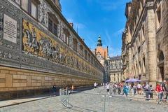 DRESDEN TYSKLAND, JUNI 11 2017: Furstenzugen, den långa dramatiska väggmålningen som göras av Meissen porslin, belägger med tegel royaltyfri foto