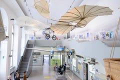 DRESDEN TYSKLAND - MAJ 2017: forntida flygmaskin som baseras på den Leonardo da Vinci Antique Light Hang glidflygplanvektorn i Dr arkivfoto