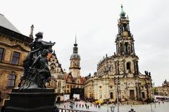 DRESDEN TYSKLAND - MAJ 10: Gatasikt av katolska kyrkan av den kungliga domstolen av Sachsen Arkivbild
