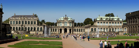 DRESDEN TYSKLAND - SEPTEMBER 17: Zwinger slott, XVIII århundrade - berömd historisk byggnad på September 17, 2014 i Dresden Royaltyfria Foton