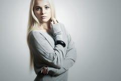 dress.accessories.flirt.fashion的美丽的白肤金发的妇女 免版税库存图片