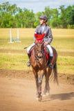 Dressage de sport équestre, revue du projet - les jeunes filles dans des vêtements de jockey s'asseyent sur un cheval photos stock