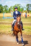 Dressage de sport équestre, revue du projet - les jeunes filles dans des vêtements de jockey s'asseyent sur un cheval images libres de droits