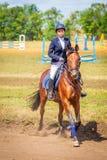 Dressage de sport équestre, revue du projet - les jeunes filles dans des vêtements de jockey s'asseyent sur un cheval photo stock