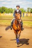 Dressage de sport équestre, revue du projet - les jeunes filles dans des vêtements de jockey s'asseyent sur un cheval photo libre de droits