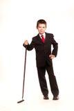 正式dresscode的男孩与高尔夫俱乐部 免版税库存图片