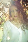 Dressed modelo adolescente hermoso en vestido corto de moda. Galán Foto de archivo libre de regalías