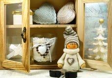 Dresser z ornamentami na choince Fotografia Royalty Free