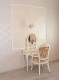 Dressingtabell och vitstol i ett hotellrum arkivfoto