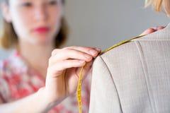 Dressmaker на работе Стоковые Изображения