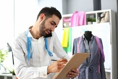 Dressmaking-Dienstleistung- im Designbereicharbeitskraft-Unterhaltungstelefon stockfotos