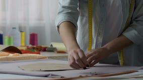 Dressmaking klasowy nauczyciel demonstruje dołączać wzory szpilkami, zajęcie zbiory