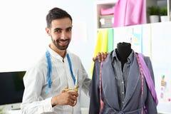 Dressmaking-Konzept-Kleiderschaffung oder -erneuerung stockfotografie