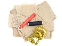 Dressmaking, nähende Ausrüstung lokalisiert auf Weiß Papiermusterthread, Markierung usw. stockbild