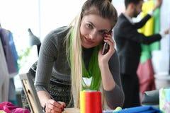 Dressmaking-n?hendes Service-Arbeitskraft-Unterhaltungstelefon lizenzfreie stockbilder