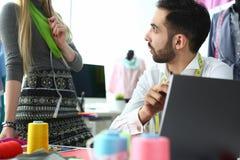 Dressmaking-Studio-Konzept-Mode, die Arbeit schafft stockbilder