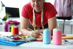 Dressmaking und nähender Konzept-Modedesigner stockfotos