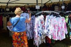 Dressses som är till salu på utomhus- stall Royaltyfria Bilder