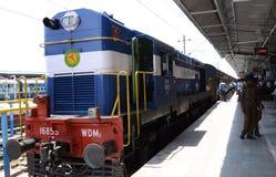 Drev av den indiska järnvägen på en station Arkivbilder