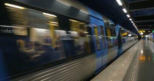 Drev av den Stockholm tunnelbanan som ankommer till stationen lager videofilmer