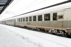 Drev av Medborgaren Järnväg Företag (CFR) som ankom under en snöstorm Arkivfoton