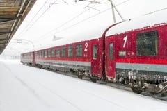 Drev av Medborgaren Järnväg Företag (CFR) som ankom under en snöstorm Arkivfoto