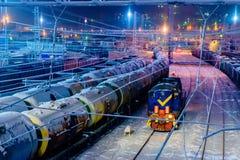 Drev av olje- behållare och vagnar på lastjärnvägsstationen Arkivfoto