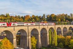 Drev för dubbel däckare i den Luxembourg staden royaltyfria bilder