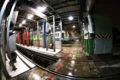 Drev för gångtunnel för Moskva` s och en drevtvagningmaskin i bussgarage för `-Izmailovo ` Juni 09, 2017 moscow Ryssland Fotografering för Bildbyråer