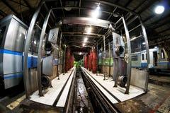 Drev för gångtunnel för Moskva` s och en drevtvagningmaskin i bussgarage för `-Izmailovo ` Juni 09, 2017 moscow Ryssland Royaltyfri Bild